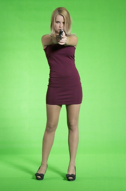Fegyveres fotózás zöld háttér előtt, így könnyedén egy komoly harci helyzetbe is retusálhatjuk.